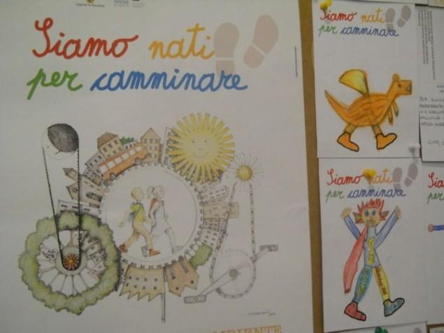 """Migliaia di bambini che camminano su grandi alberi di cartone occupano l'esedra di Sala Borsa: li hanno disegnati i bimbi di tutta Bologna, accompagnandoli ad altrettanti messaggi inviati al Sindaco, per ricordare a tutti che """"Siamo Nati per Camminare"""". Fa bene alla salute, si risparmia energia, si vive in modo diverso la città. (da """"la Repubblica"""" del 29/4/2013)"""