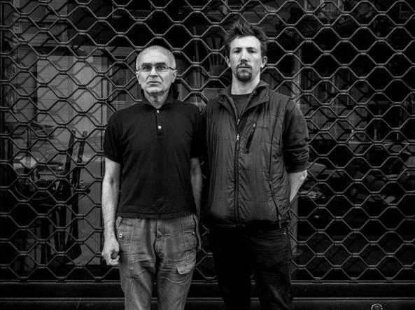 """ANDY ROCCHELLI e il suo amico russo Andrey Mironov _(foto Ansa-Cesura-Micalizzi) ANDY, QUEL GIOVANE UN PO' TIMIDO MORTO PER RACCONTARE LA GUERRA - ANDREA ROCCHELLI, ANDY, 30 anni, di Pavia, fotoreporter. Era arrivato il 10 maggio a Kiev, salendo poi su un vagone per DONETSK. Lì, durante le 12 ore di viaggio, aveva conosciuto Andrey Mironov, un russo sulla sessantina, attivista russa, giornalista, della Cecenia.  Sabato 24 maggio, insieme con l'ormai inseparabile amico russo e con il collega francese William Roguelon, Andy è salito in macchina per raggiungere la torre della televisione poco lontano da SLOVIANSK. Sono stati colpiti, pare, dal fuoco di un mortaio. William è riuscito a salvarsi. Andy e Andrey sono morti insieme. (da """"Corrriere.it"""", 25/5/2014))"""