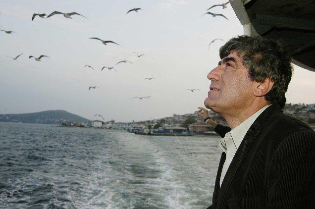 HRANT DINK, giornalista armeno ucciso nel 2007 - IL RISVEGLIO ARMENO. La presa di coscienza da parte di questa minoranza si è avuta a partire dai funerali del giornalista HRANT DINK, ucciso da un ultra-nazionalista nel 2007. A quei funerali di Hrant Dink, non solo gli armeni, ma anche molti turchi e curdi hanno voluto partecipare in segno di solidarietà, e a testimonianza che – grazie anche al sacrificio del giornalista, assassinato di fronte agli uffici del giornale bilingue da lui diretto, Agos – la società civile turca stava (e sta) cambiando profondamente