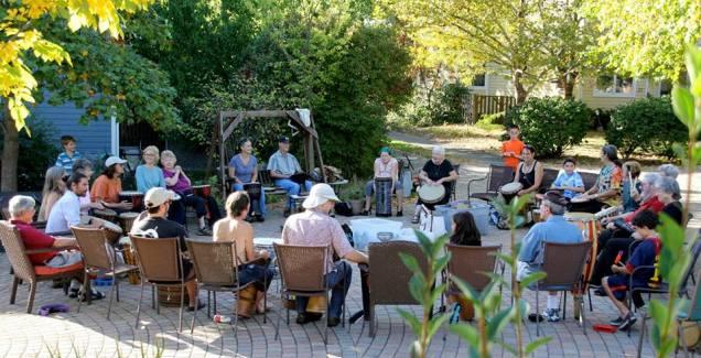 """COHOUSING (immagine tratta da www.sunward.org/cohousing/ - Il COHOUSING, una forma di coabitazione intenzionale, è UNA MODALITÀ DI ABITARE che consente a un gruppo di persone di lavorare insieme per realizzare LUOGHI DOVE VIVERE che offrano al contempo SPAZI PRIVATI e SPAZI COLLETTIVI (…) L'idea del cohousing nasce in DANIMARCA e il concetto di """"COMUNITÀ DELL'ABITARE"""" si è presto diffuso in tutto il mondo, specialmente in SVEZIA, STATI UNITI, CANADA, AUSTRALIA, OLANDA, GERMANIA, FRANCIA e BELGIO. Da qualche anno il cohousing è sbarcato in Italia, dove sembra aver riscosso più successo nel mercato immobiliare che sul terreno del sociale, permettendo di immettere nel settore un prodotto alternativo alle case di riposo per anziani. (da http://paesaggimutanti.it/)"""