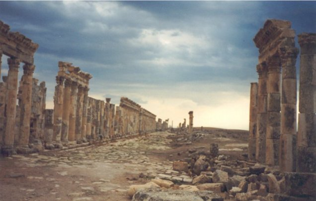 La città ellenistica e romana di APAMEA con il suo lungo cardo di stile corinzio è stata saccheggiata in modo irrimediabile da scavi clandestini che hanno interamente distrutto il sito, devastandone anche le parti non ancora fatte oggetto di scavi archeologici. Nella Siria orientale sotto il controllo dell'IS due città d'importanza cruciale per la storia e l'arte della Siria di età preclassica e classica, MARI e DURA EUROPOS, sono egualmente oggetto di scavi illegali estesissimi. Il confronto fra le immagini satellitari dei siti riprese nel 2012, quando la regione non era ancora caduta sotto il controllo dell'IS, e nel 2014 hanno rivelato, soprattutto a Dura Europos, la presenza di migliaia di buche scavate da tombaroli, la cui attività ha completamente distrutto il sito. Gravi saccheggi sono documentati anche nelle città di epoca assira di TELL SHEIKH HAMAD, TELL AJAJA e TELL HAMIDIYAH nella valle del fiume Khabur, il maggior affluente dell'Eufrate